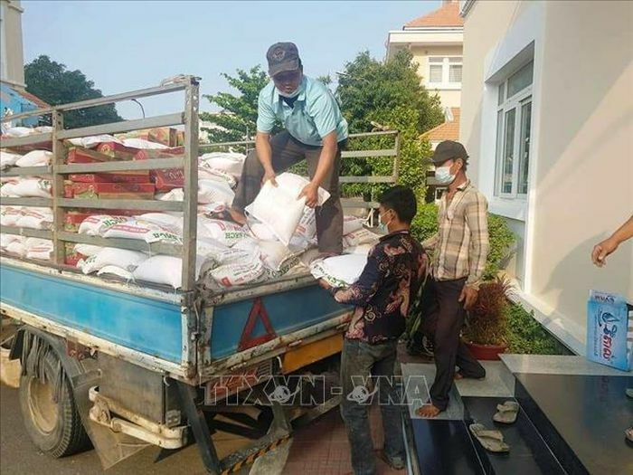 Cộng đồng gốc Việt ở Campuchia tiếp nhận hàng chục tấn hàng thiết yếu