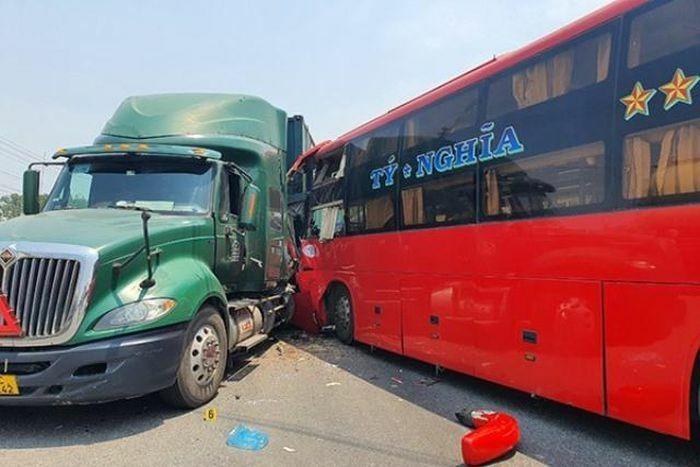 Tai nạn giao thông mới nhất hôm nay 1/4: Bất cẩn tông vào xe ben, nam thanh niên tử vong tại chỗ