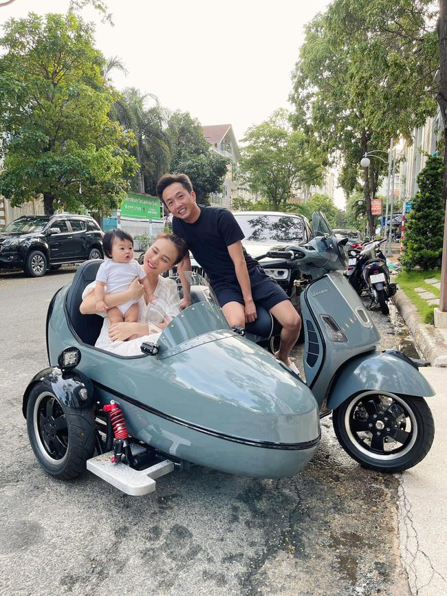 Cường Đô La đưa vợ con đi dạo phố bằng xe ba bánh độc đáo