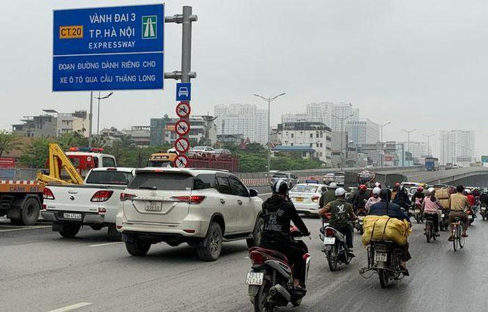 Rào chắn thi công 6 ram kết nối lên, xuống cầu cạn đoạn Mai Dịch – Nam Thăng Long