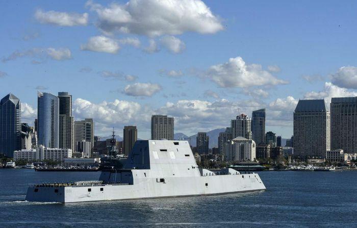Khu trục hạm USS Michael Monsoor diễn tập điều khiển khí tài không người lái
