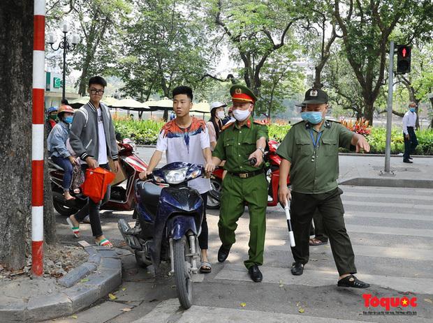 """Hà Nội """"mạnh tay"""" xử phạt người không đeo khẩu trang nơi công cộng"""
