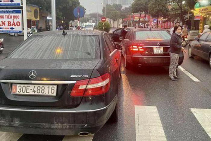 """Từ vụ 2 xe Mercedes trùng BKS """"chạm mặt nhau"""" trên đường ở Hà Nội: Công an phá đường đây làm biển số giả"""