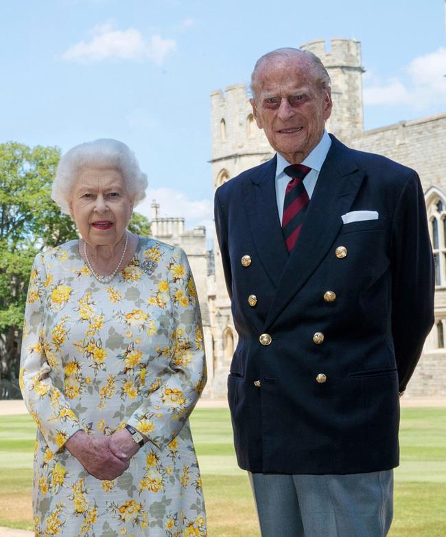 Tiết lộ những hoạt động của Nữ hoàng trong ngày Chủ nhật đầu tiên vắng bóng chồng, khiến công chúng càng thêm nể phục bản lĩnh của bà