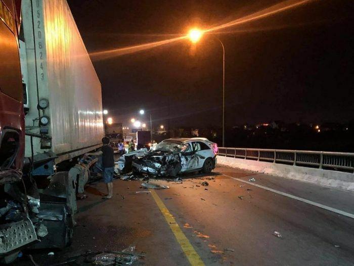 Xe con đâm đuôi xe tải, gây tai nạn cho container trên Quốc lộ 1A, 3 người thương vong