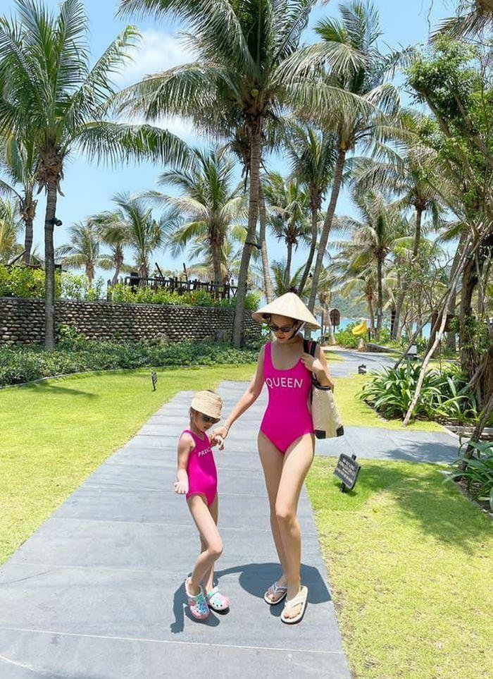 Á hậu Diễm Trang diện bikini đôi cùng con gái, quyến rũ khó rời mắt