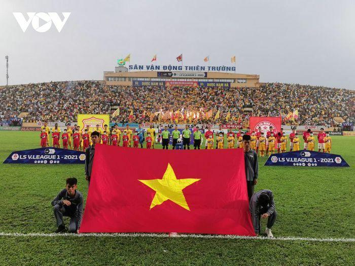 Lee Nguyễn nhận thẻ đỏ, TPHCM gục ngã trước Nam Định