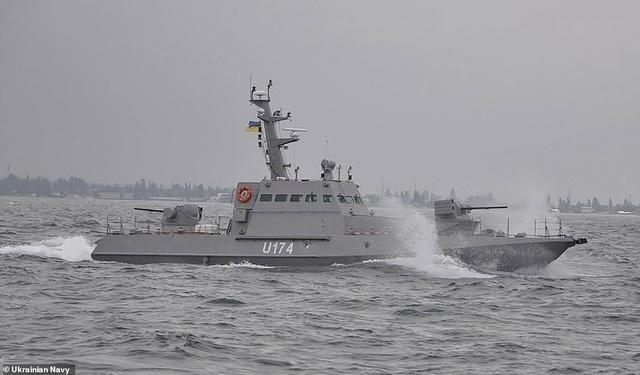 """Tàu chiến Ukraine dọa nổ súng vào tàu Nga, Moscow """"khóa"""" một phần Biển Đen"""