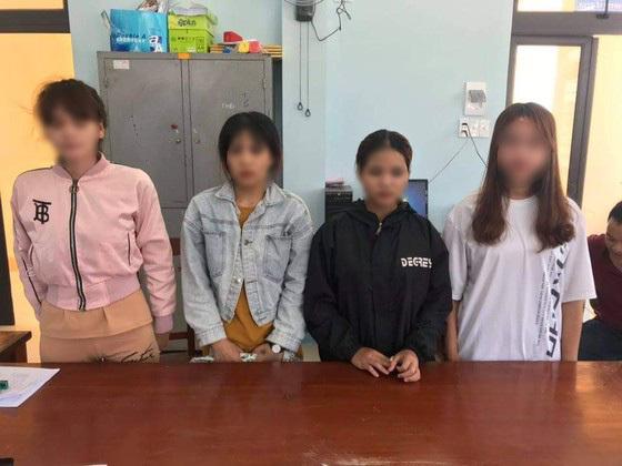 """1 trong 8 cô gái bị ép bán dâm kể lại thủ đoạn tra tấn man rợ của gã chủ """"động quỷ"""""""