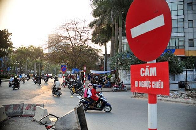 """Hà Nội: Xe bồn đi ngược chiều, tài xế """"hổ báo"""" thách thức xe đi đúng"""