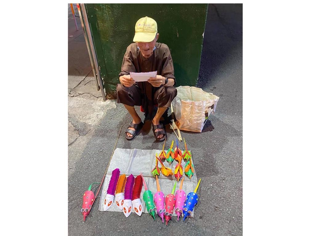 Xúc động hình ảnh cụ già bán đồ chơi giấy trên vỉa hè