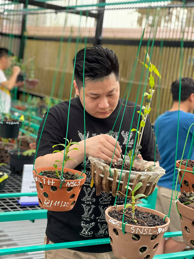 Nghệ nhân Trần Hạo Nam chia sẻ cách chăm sóc phong lan trầm tím