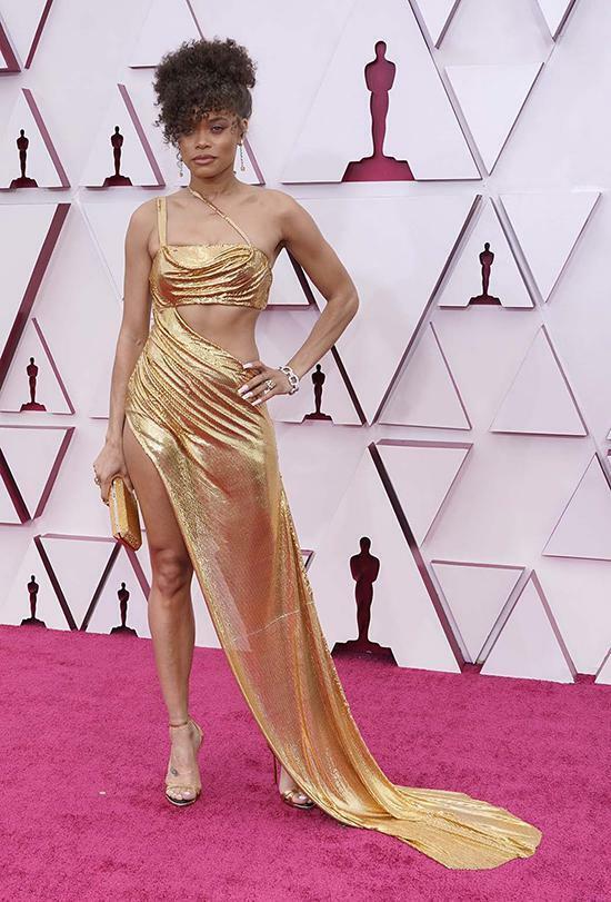 """Lễ trao giải Oscar 2021: Dàn nghệ sĩ nổi tiếng quy tụ tại thảm đỏ với những """"bộ cánh"""" từ giản dị đến sặc sỡ"""