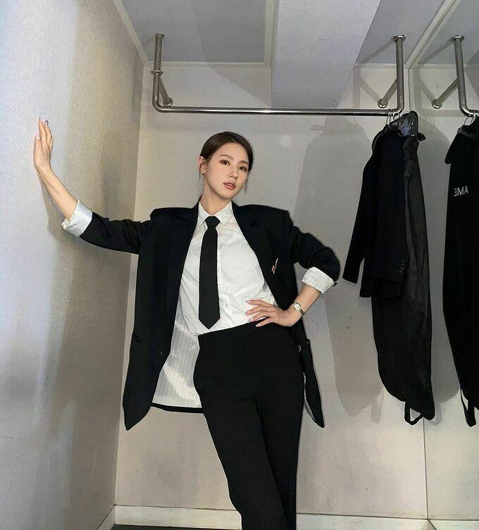 Mi Yeon (G)I-DLE lần đầu diện suit, khí chất girl crush không kém cạnh Black Pink, Twice