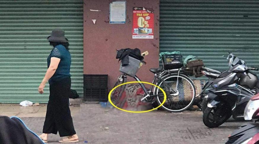 Đăk Lăk: Xôn xao hình ảnh người đàn ông nhặt ve chai nằm bất động trước cửa nhà dân, nghi đã qua đời