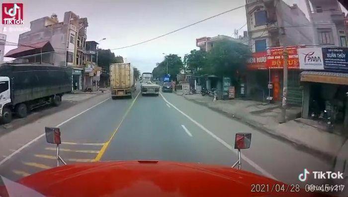 Hai container rượt đuổi, kèn cựa nhau giữa đường bất chấp nguy hiểm