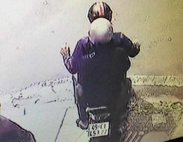 Nam thanh niên bị cướp dây chuyền vàng khi đứng trên vỉa hè ở TP.HCM