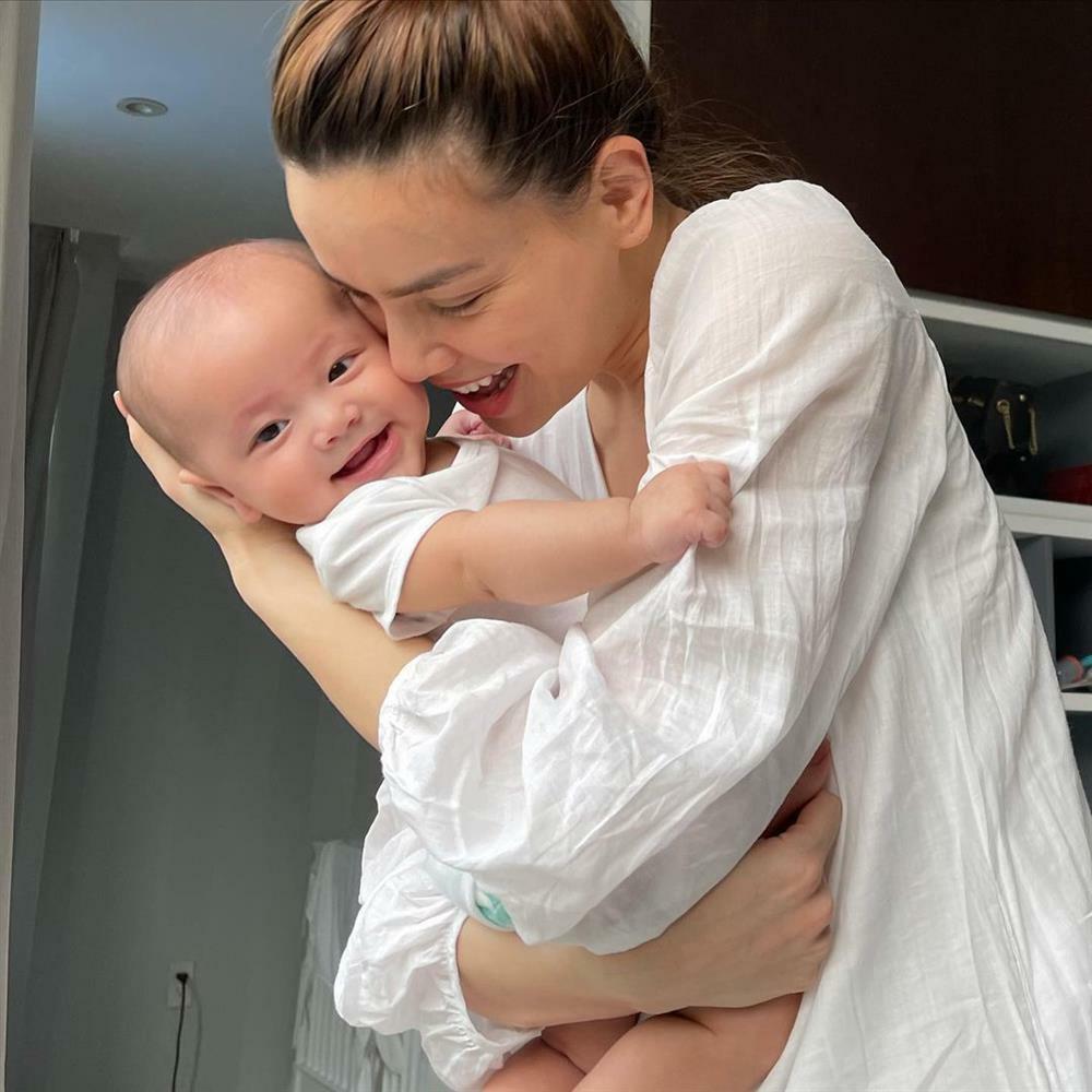 Hồ Ngọc Hà lộ dấu vết 'mẹ bỉm sữa' khi chụp cùng ái nữ Lisa