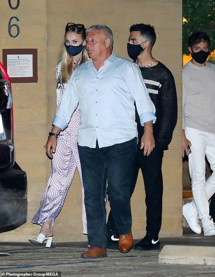 Sophie Turner buông áo hờ hững đi chơi đêm cùng chồng