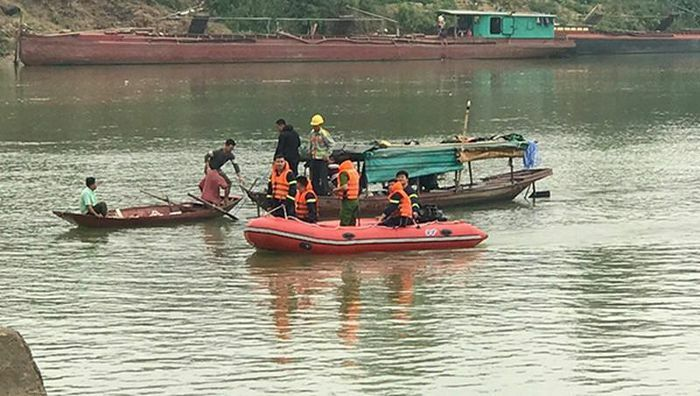 Để lại điện thoại và xe đạp trên cầu, nữ sinh lớp 10 gieo mình xuống sông Lam
