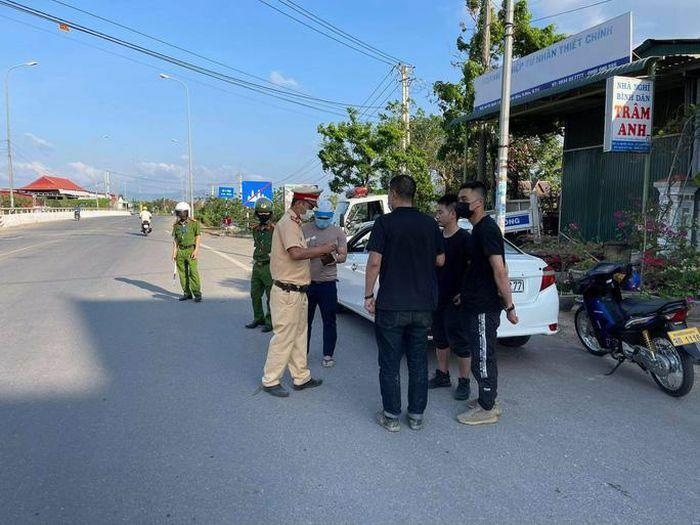 """Chặn bắt ôtô chở 3 người Trung Quốc nhập cảnh """"chui"""""""