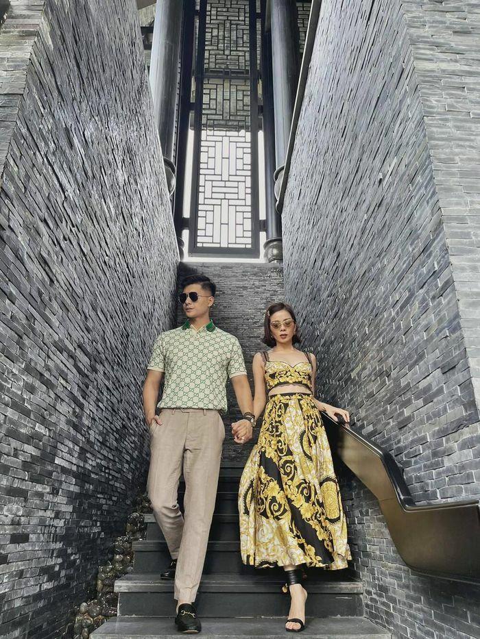 """Lệ Quyên """"đụng độ"""" em chồng Hà Tăng với váy áo họa tiết sặc sỡ, khó phân bì ai đẹp hơn"""