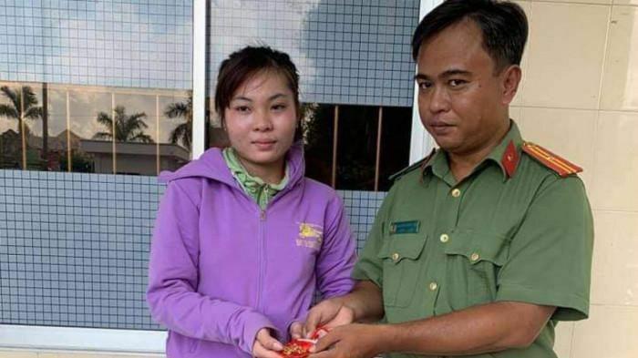 Thiếu tá công an trả lại vàng cho người đánh rơi khi làm căn cước công dân
