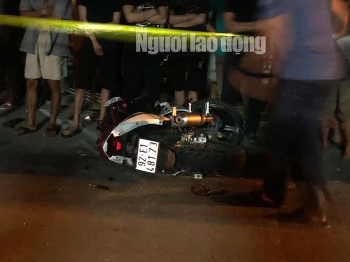 """Quảng Nam: Ôtô """"điên"""" lùa 4 xe máy, 2 người chết, 2 người bị thương"""
