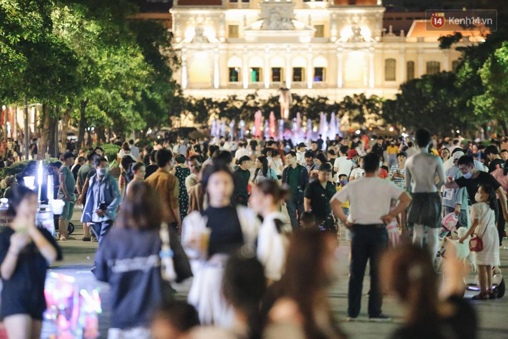 """Bất chấp nguy cơ dịch Covid-19, phố đi bộ Nguyễn Huệ vẫn đông nghẹt vào cuối tuần: Nhiều người vẫn """"quên"""" khẩu trang!"""