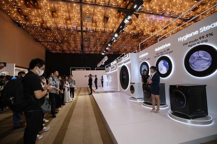 Diễm My 9x, Quang Vinh, Thái Công xuất hiện tại sự kiện Samsung