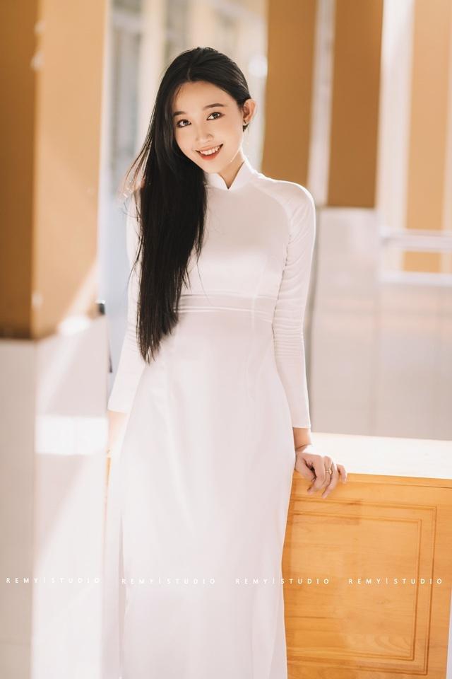 """Nữ sinh sở hữu vẻ đẹp """"ngọt như kẹo"""" trong bộ ảnh áo dài trắng"""