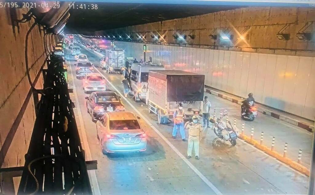Tai nạn liên hoàn, 4 ô tô tông nhau trong hầm vượt sông Sài Gòn