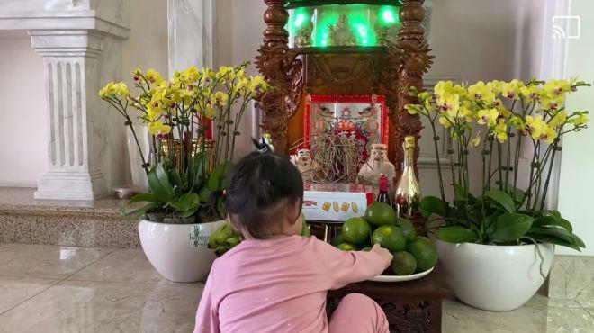 Sao Việt 24h: Quách Ngọc Ngoan đăng hình con gái vái bàn thờ, bình luận làm dấy lên nghi vấn