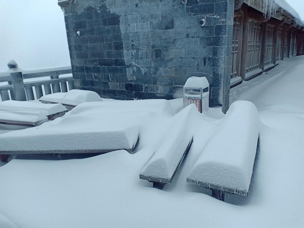 Đỉnh Fansipan đẹp lung linh trong mưa tuyết dị thường, tuyết dày đến nửa mét
