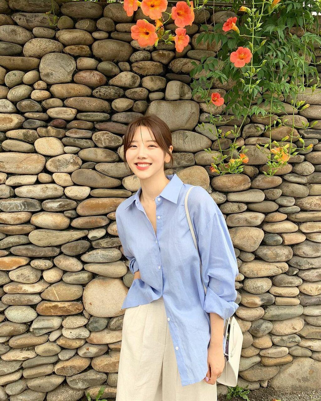 """Kiểu áo sơ mi gái Hàn nào cũng đang có vài chiếc vì mặc thế nào cũng """"auto"""" sang xịn mịn"""