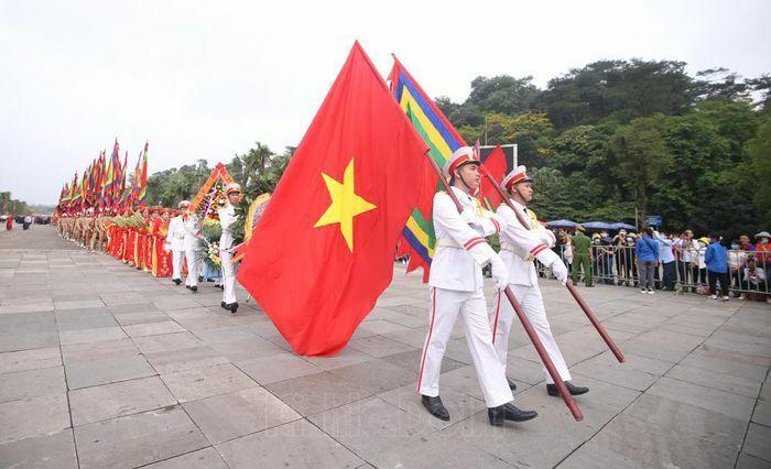 Người dân chen chúc lên dâng hương tại đền Hùng