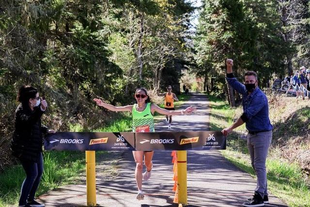 Nữ VĐV đầu tiên trong lịch sử chạy 50km chưa đầy 3 tiếng đồng hồ
