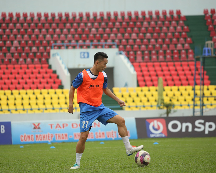 Cầu thủ Than Quảng Ninh trở lại tập luyện trước vòng 7 V.League: Nhà chẳng có gì ngoài… tinh thần