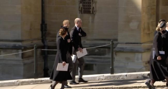 """Sau một loạt cử chỉ tinh tế trong tang lễ hoàng gia, Công nương Kate xuất hiện cùng 3 con nhỏ và """"ghi điểm"""" với cách ứng xử tuyệt vời"""