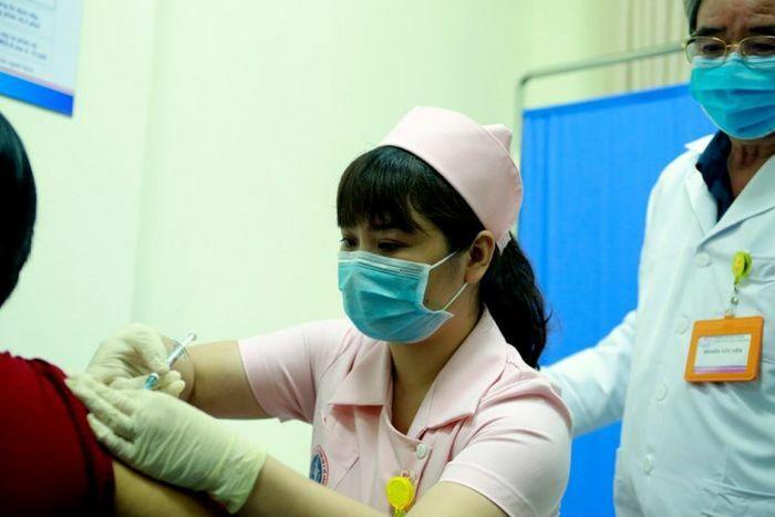 Sáng 12/4, 6 tình nguyện viên tiêm thử nghiệm mũi 2 vaccine COVIVAC