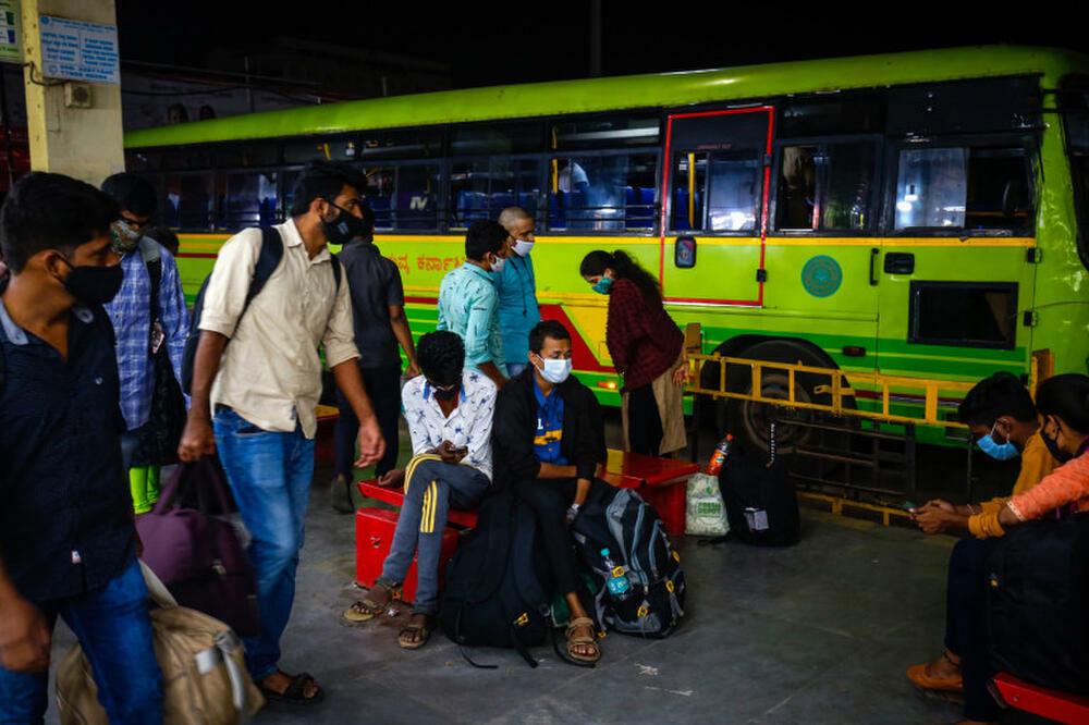 """Dân nghèo Ấn Độ vội vã rời thủ đô để """"trốn"""" dịch Covid-19"""