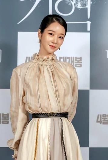 Seo Ye Ji diện set đồ già dặn nhưng vẫn được khen đẹp lấn át cả mẫu hãng