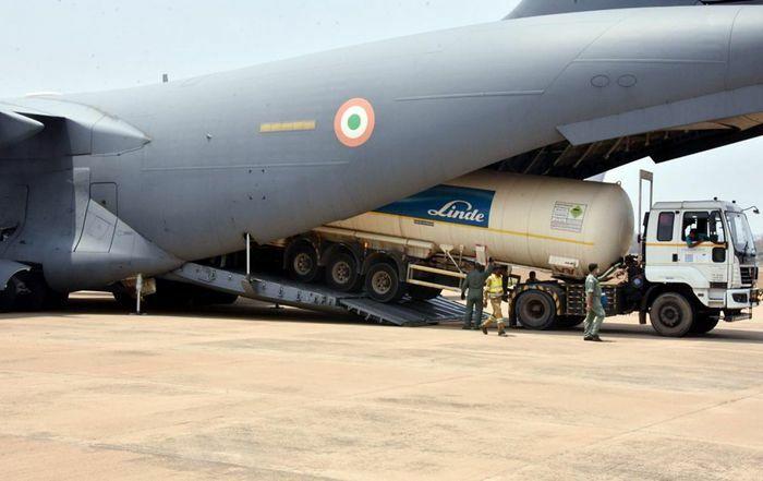Ấn Độ huy động toàn lực để vận chuyển bình oxy