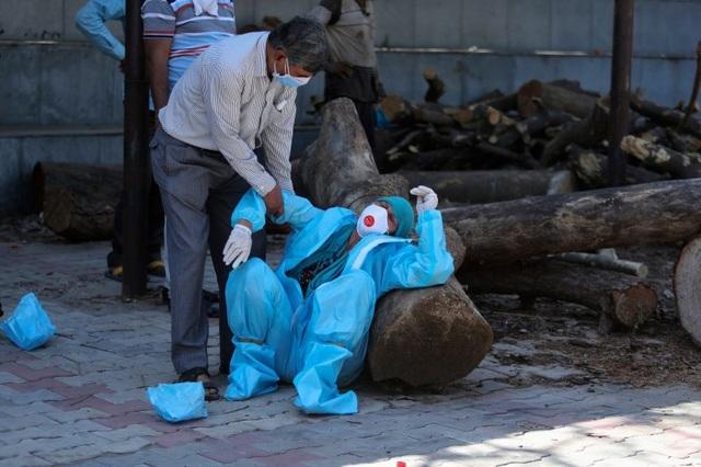 """Hơn 40 nước giải cứu Ấn Độ trong """"cơn khát"""" ôxy"""