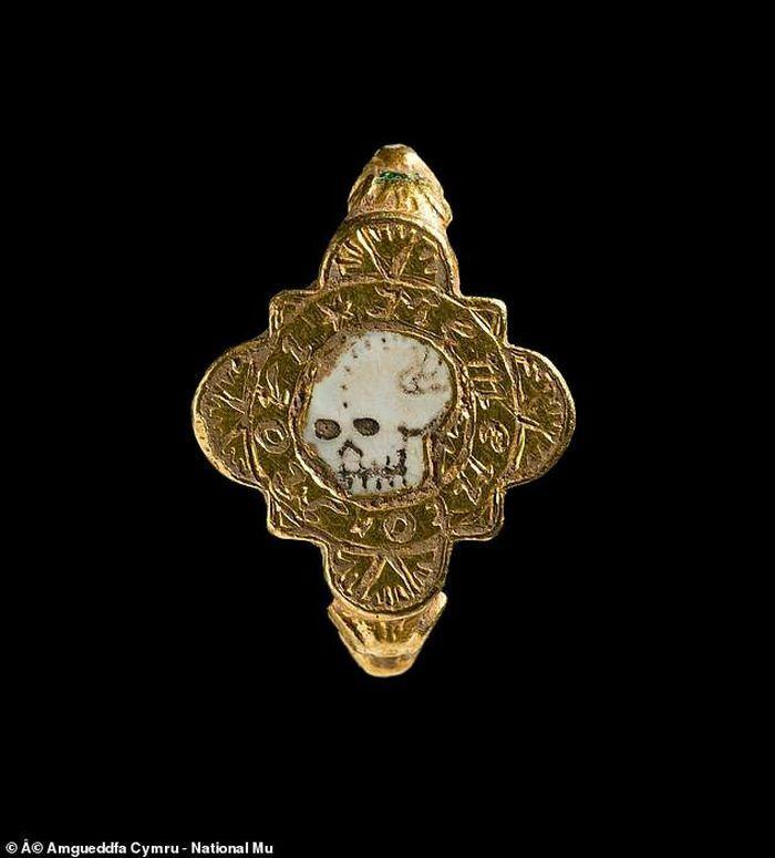 Thợ săn kim loại bất ngờ tìm thấy hộp báu vật thời Trung cổ