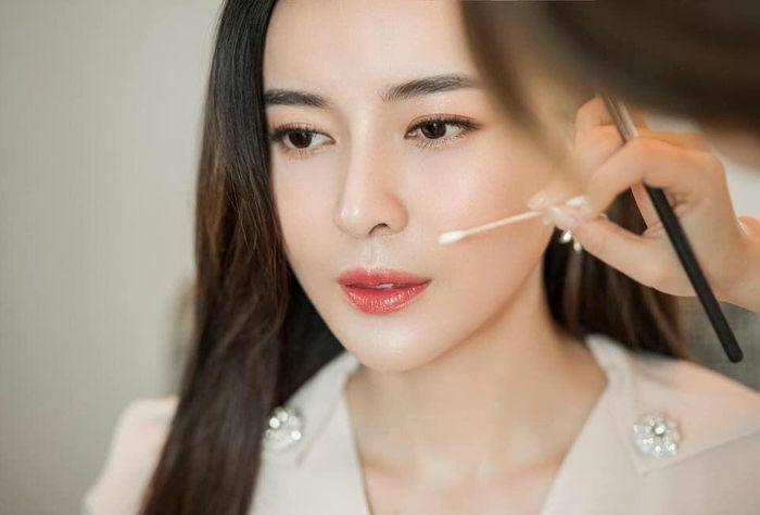 Hình ảnh khoe visual đỉnh cao của Cao Thái Hà khi đang make up khiến fan mê mệt