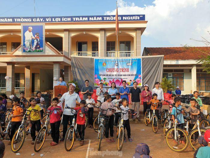 Thắp niềm vui cho hơn 400 trẻ em dân tộc thiểu số vùng biên giới