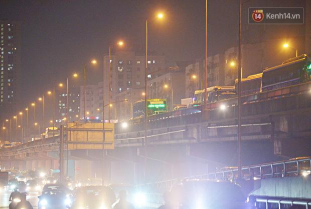Người dân ùn ùn rời Hà Nội về quê nghỉ lễ, đường vành đai 3 ùn tắc kéo dài cả chục km trong đêm