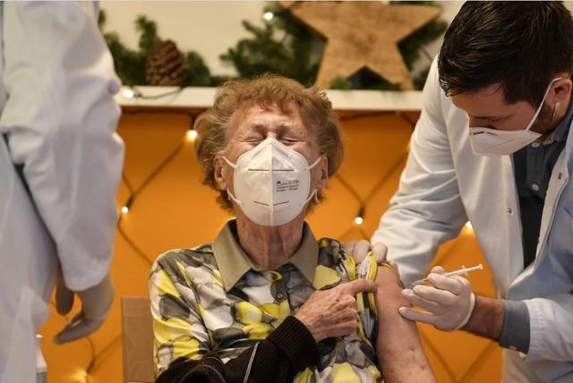 Đức, Hà Lan dừng tiêm vắc xin AstraZeneca cho người dưới 60 tuổi