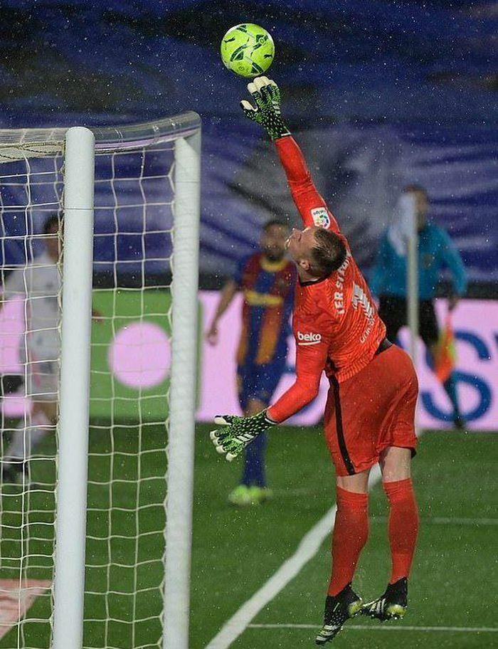 """Benzema ghi tuyệt phẩm, Real hạ Barca sau trận """"thủy chiến"""""""
